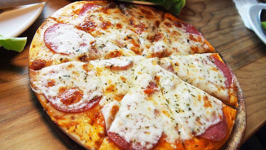 بيتزا هت تعلن قرارا جديدا بشان استخدام بعض المضادات الحيوية للدجاج في وجباتها