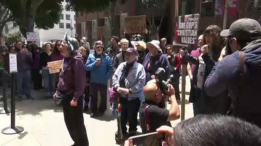 Tüntetés San Franciscóban: el a kezekkel a gyerekektől!