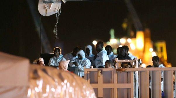 Судно с мигрантами причалило берегу Поццалло
