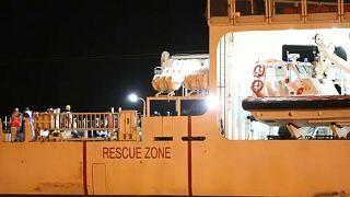 Kiköthetett egy menekültekkel érkező hajó Szicíliában
