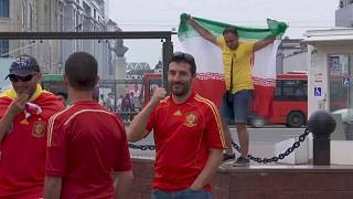 مشجع إيراني يرقص بالقرب من مشجعين إسبان