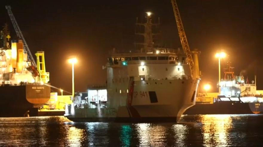 Navio da guarda costeira italiana  na Sicília com 500 migrantes a bordo