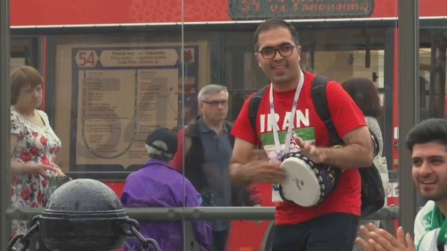 Fãs iranianos e espanhóis prontos para mais um encontro do Mundial.