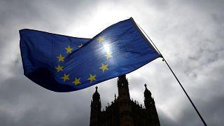 Theresa May consegue derrotar rebeldes no parlamento