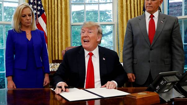 Διάταγμα για να σταματήσει ο χωρισμός οικογενειών μεταναστών υπέγραψε ο Τραμπ