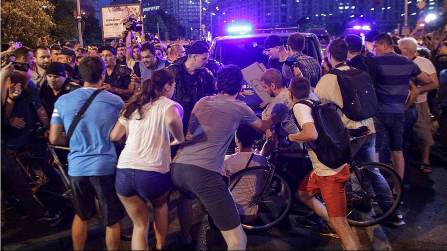 Rendőrökkel dulakodtak a korrupcióellenes román tüntetők