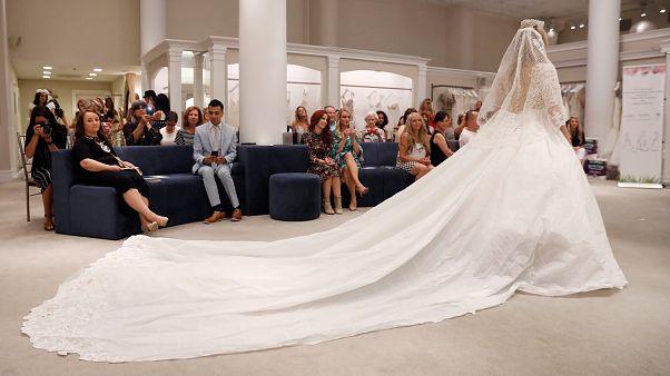 شاهد: العرض السنوي لفساتين زفاف مصنوعة من ورق المرحاض