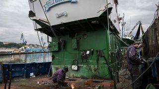 Un pesquero vasco reconvertido en barco de rescate de migrantes en el Mediterráneo
