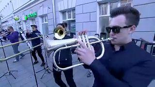 فرقة نحاسية تحول شوارع نيغني الروسية إلى مسرح للترفيه عن مشجعي كرة القدم