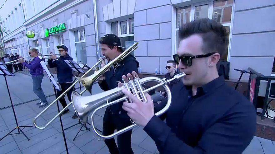 Болельщиков встречает духовой оркестр