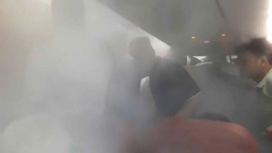 VİDEO: Kızgın yolcuları indiremeyen pilot uçakta soğuk hava estirdi!