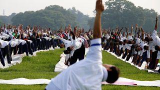 50.000 Inder machen gemeinsam Yoga