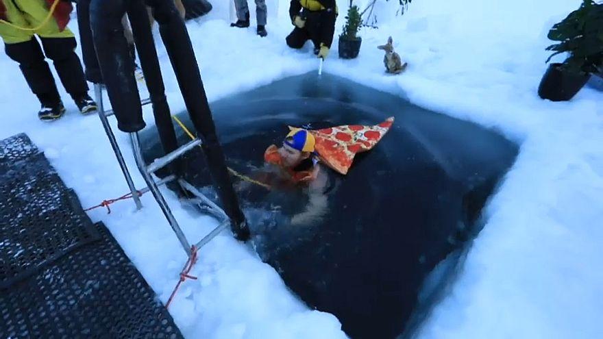 Un baño a -2º en la Antártida para recibir al solsticio de invierno