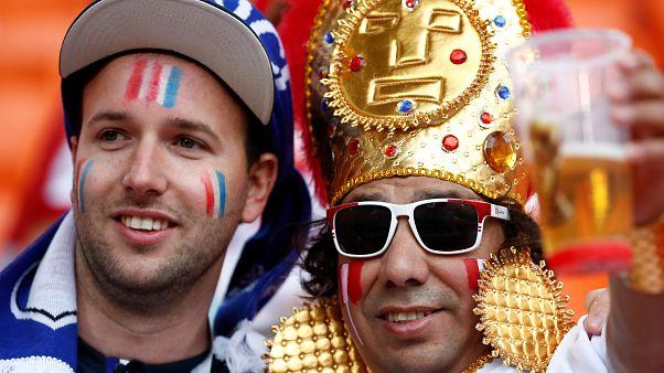 مشجعان لمنتخبي بيرو وفرنسا