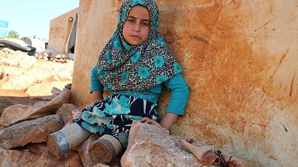 شاهد: الطفلة السورية مايا تعوض ساقيها المبتورتين بعلب معدنية