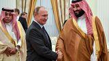 الرئيس الروسي فلاديمير بوتين يصافح ولي العهد السعودي محمد بن سلمان