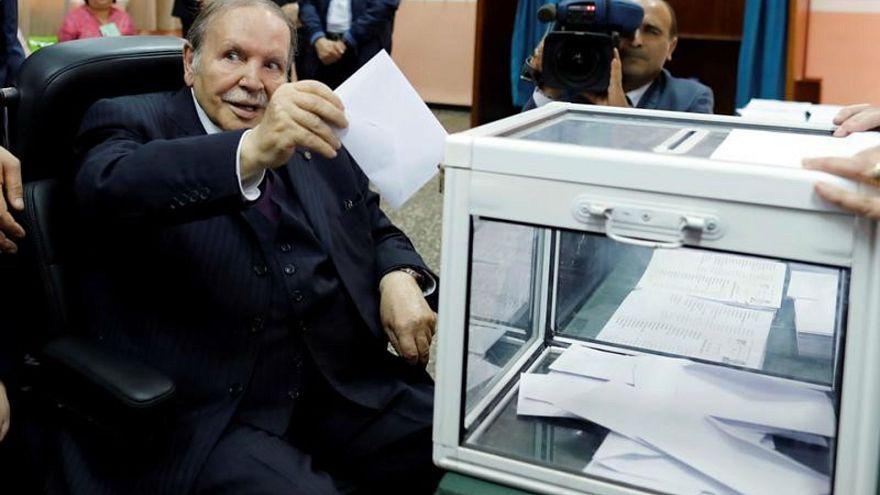 الرئيس الجزائري يدلي بصوته في الانتخابات الرئاسية السابقة