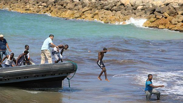 مهاجرون يغادرون قاربا في تاجوراء شرق طرابلس في ليبيا يوم الأربعاء