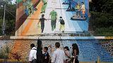 یک خانواده در سان سالوادور پای دیوار روز مهاجرت به آمریکا