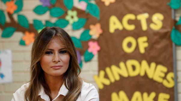 Melania Trump váratlanul meglátogatta az illegális bevándorlók gyerekeit