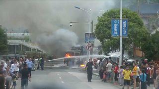 شاهد : سائق يهرب قبل ثوانٍ من اندلاع النار في شاحنة يقودها