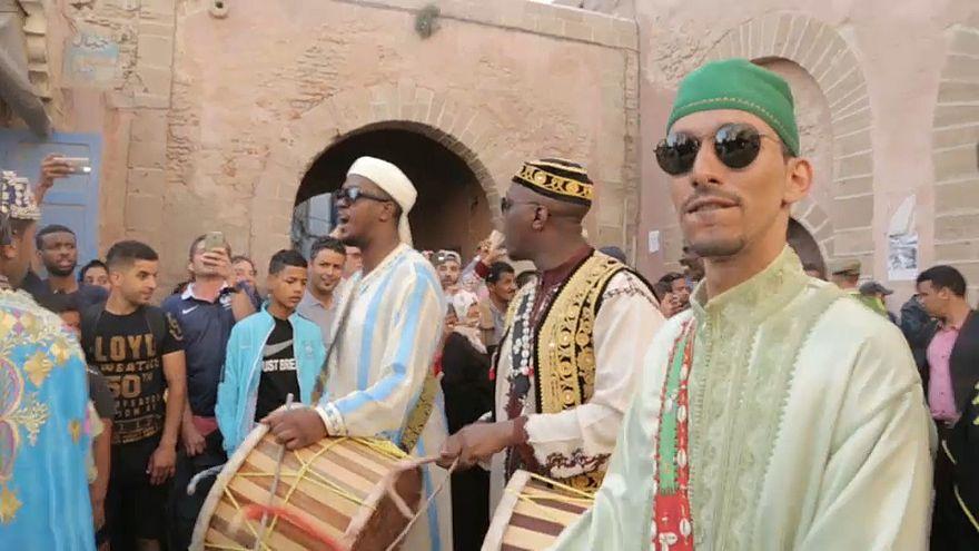 الصويرة المغربية ترقص على أنغام موسيقى القناوة في مهرجانها السنوي