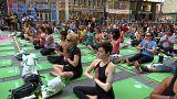 Weltyogatag: Tausende verbiegen sich in New York