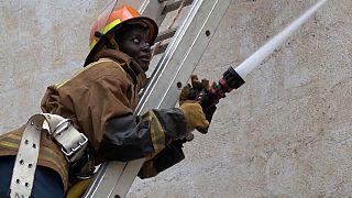 Cada vez más mujeres en Kenia deciden ser bomberas