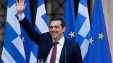 Tsipras de gravata para celebrar fim do programa de resgate