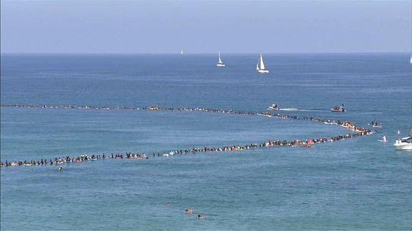 راكبو أمواج إسرائيليون يحطمون رقماً قياسياً بهدف حماية البيئة