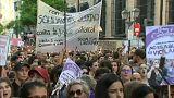 النساء تتظاهرن احتجاجا على حكم الإفراج عن متهمين في قضية اغتصاب فتاة