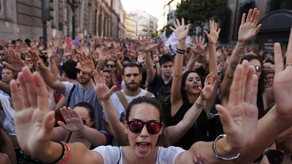 دهها هزار نفر در اعتراض به آزادی متهمان تجاوز گروهی به یک زن در اسپانیا تظاهرات کردند