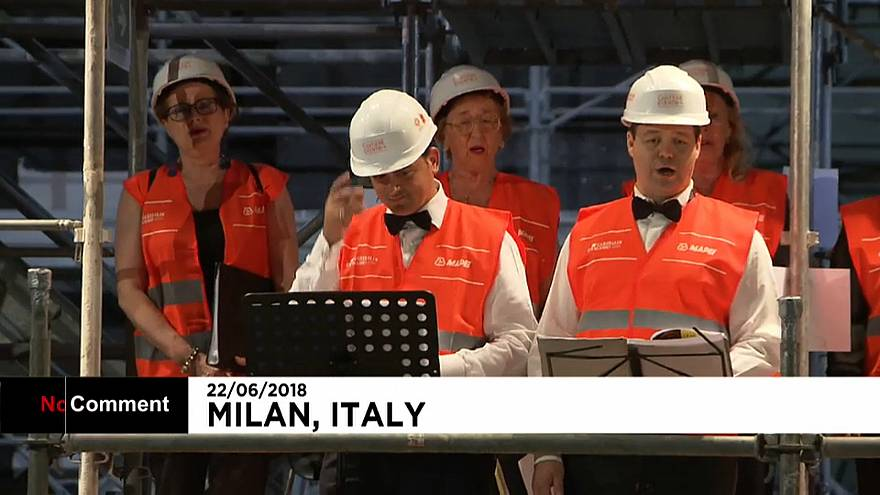 ميلان تياترو ليريكو يفتتح حفلاً موسيقياً على سقالاته في موقع البناء الجاري