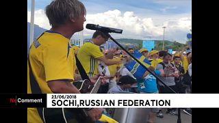 مشجعو السويد يرقصون ويغنون قبل المواجهة مع ألمانيا