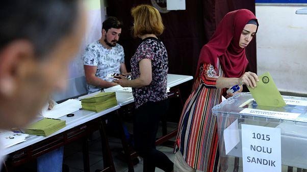 الأتراك يدلون بأصواتهم في الانتخابات الرئاسية والبرلمانية