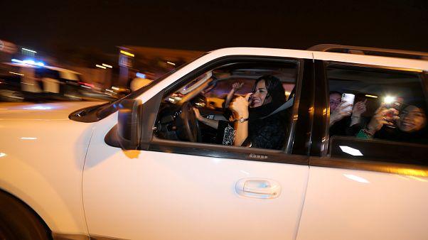 Οι γυναίκες έπιασαν για πρώτη φορά τιμόνι στη Σαουδική Αραβία