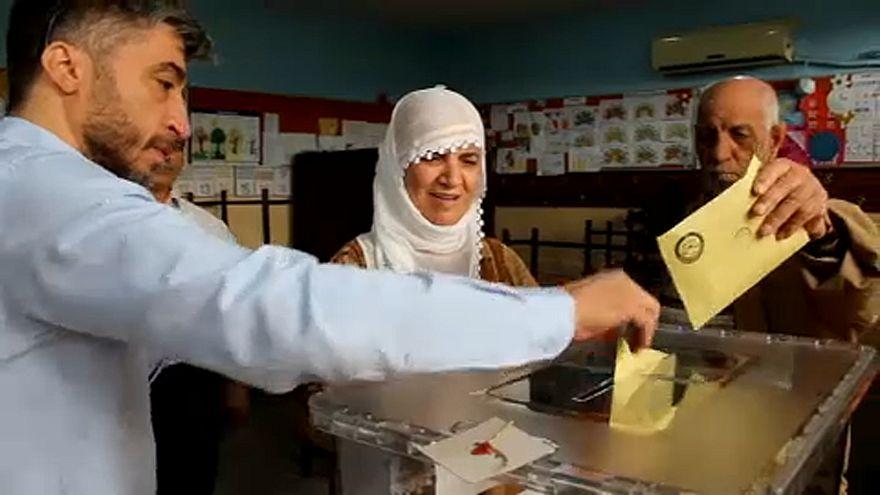 Kettős voksolás zajlik Törökországban