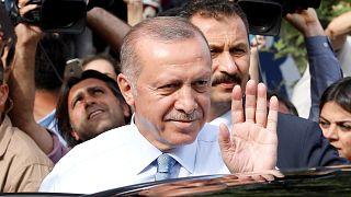 Эрдоган приветствует своих сторонников в Стамбуле