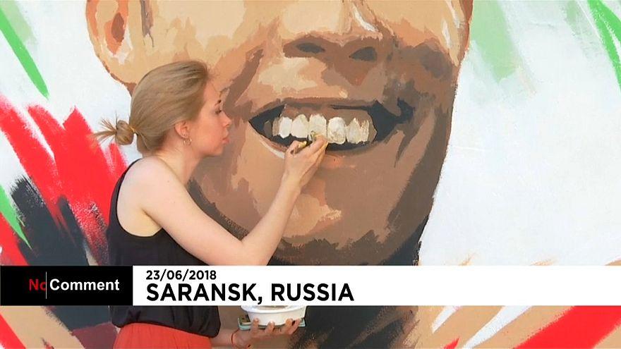 Криштиану Роналду улыбается жителям Саранска
