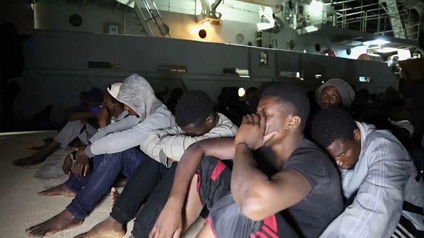 مجموعة من اللاجئين الذين تم ايقافهم في المتوسط