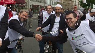 جانب من تظاهرة مشتركة بين أئمة وحاخامات على الدراجات الهوائية في برلين