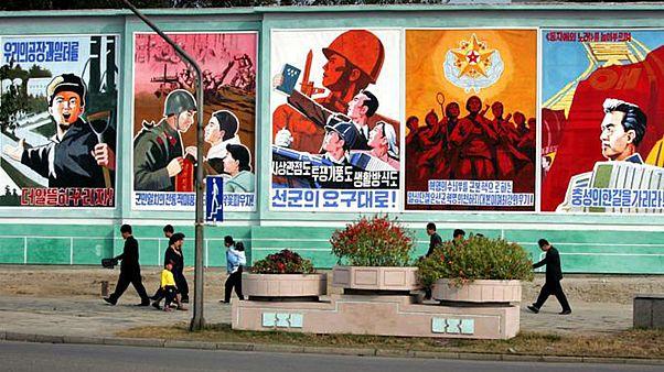 بوسترات دعائية في بيونغ يانغ (الصورة التقطت عام 2005)