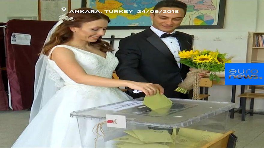 شاهد: زوجان تركيان يقترعان بملابس الزفاف