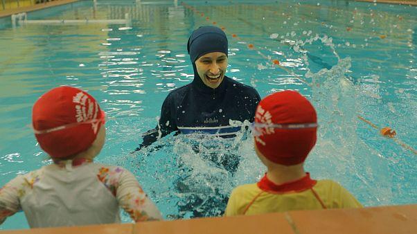 Almanya'da Müslüman kız öğrencilerin yüzme derslerine tesettür mayo ile girmesine onay