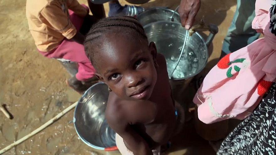 طفلة أفريقية مع عائلتها المهاجرة