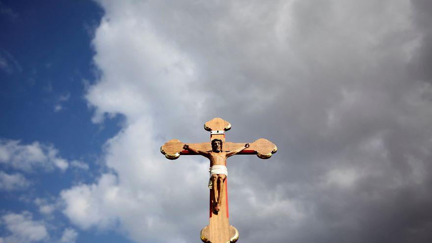 فرنسا: إعفاء كاهن صفع رضيعاً بشكل جزئي من مهامه الكنسية