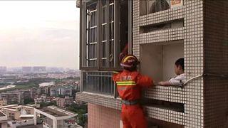 Tűzoltók mentették ki a 24. emeleten kimászó fiút