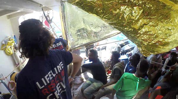 Застрявшие мигранты: Maersk просит помочь