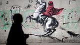 Banksy graffitiken bírálja a francia menekültpolitikát