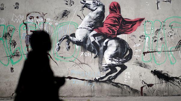 Έργο σε τοίχο του Παρισιού που αποδίδεται στον καλλιτέχνη Banksy